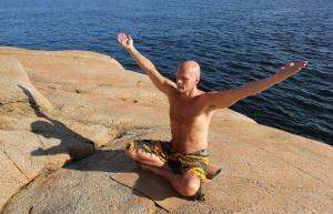 Det som hovedsakelig skiller MediYoga fra andre yogaformer er at øvelsene er forskningsbaserte og terapeutiske. I tillegg har alle som underviser i MediYoga en grunnleggende medisinskfaglig bakgrunn.
