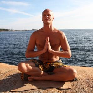 Kursleder Marius Engh_klassisk yogautgangsposisjon
